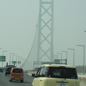 黄砂で霞む明石海峡大橋