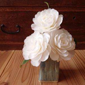 白い椿に水色の花器