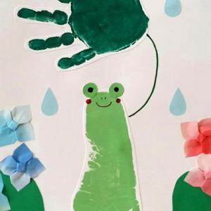 手形アートのカエルのデザインを紹介します。手形と足形の作り方。