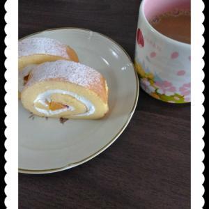 朝にロールケーキ…。