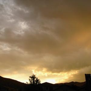 裏庭から見た曇り日の夕焼け