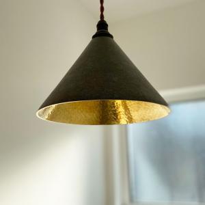 【真鍮を楽しむ照明】FUTAGAMI(フタガミ)のペンダントランプ【円錐・黒ムラ・鍛金】