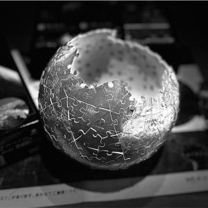 【まるでデススター】子供が制作中の地球の3D球体パズル