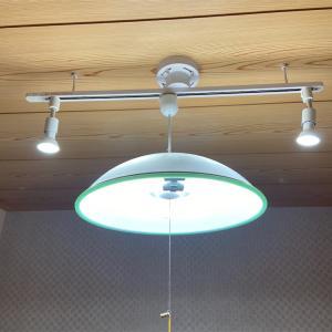 工事いらずのライティングレールとスポットライトで机の上を明るく