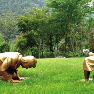 〇マンセー!】 韓国植物園でアベちゃん土下座像公開中!