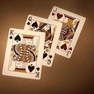 オンラインカジノのスリーピクチャーズとは?ルールや特徴、ゲームの流れを徹底解説!