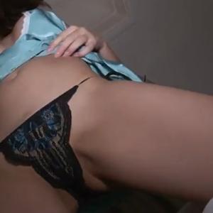 森咲智美 – バッチこーい!な感じでお尻を突き出しながらベッドで悶える