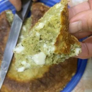 大麦若葉の粉末入りパンケーキとココア色のパンケーキ