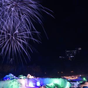 雪と氷の幻想的なライトアップ&花火!【北海道 層雲峡氷瀑まつり】