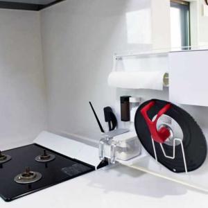 キッチン収納を見直し!置くだけでマグネット収納が叶う「自立式スチールパネル」