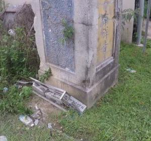 「南洋寺」門柱横の慰霊碑が工事車両に潰された話。