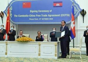 中国の王毅外相 カンボジア訪問 自由貿易協定に調印