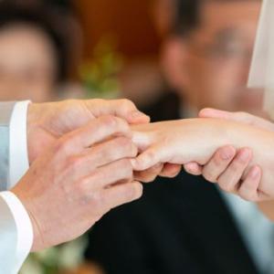 緊急事態宣言中に結婚式を挙げた夫婦。「後悔しかない…