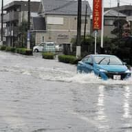 大雨の中を車で走行時、冠水したらどう行動する⁉︎