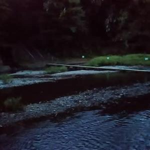 夕闇の川面です