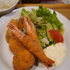 お頭つきの海老フライにズワイとタラバのクリームコロッケ【洋食堂 はなや】。