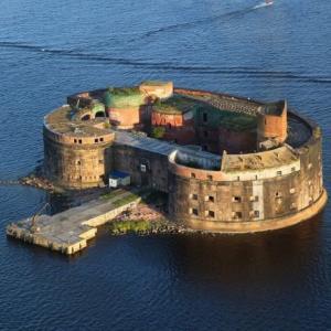 【画像】謎の島が発見される『フィンランドのペストの砦』「監獄島かな」「伝説の武器がある島」「ラスボスいそう」「ガチの軍艦島や」