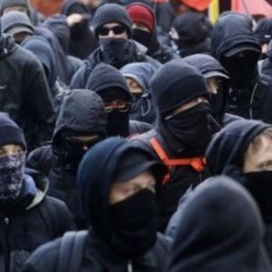 ANTIFAとかいう暴動を扇動してテロリスト指定された謎の組織「黒パーカーで暴徒化を煽るやべーやつ」「ANTIFAが黒人になりすましてミスリード?」
