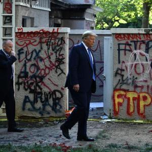 【画像】ホワイトハウス、デモで落書きされて茨城の公衆トイレみたいになるwww「刃牙の家かな?」「強いアメリカの姿がこれか?」