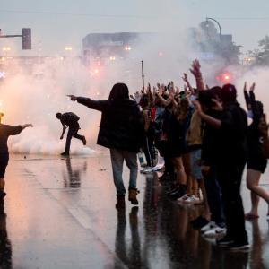 【悲報】アメリカ、暴動により街が戦争後みたいになる「もうめちゃくちゃだよ」「市街戦かなにか?」「これもう内戦やんけ」