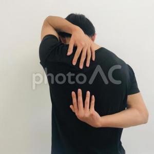 体が硬い人でも使えるおすすめの抱っこ紐はどれ?背中に手が届かない問題を解決!