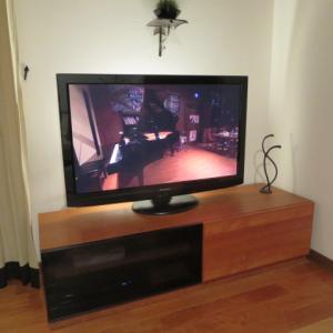テレビ裏の間接照明で雰囲気アップ