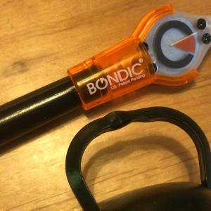 壊れたLEDランタンの補修。   折れたプラスチックを補強する。
