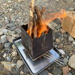 バックパックでソロキャンプ!!!   焚き火で沸かしたお湯を使って、☕️コーヒーを淹れて飲む。