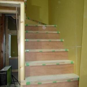 階段ができている! そして階段横の飾り棚に何を置くのかという疑問