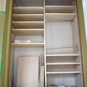 玄関ホールの造り付け収納棚にかける淡い期待