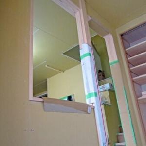 玄関ホールの内壁にはFIX窓と杉格子の建具が入る予定