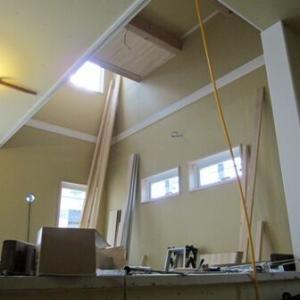 ダイニングスペースは高天井+吹き抜け+FIXで、自然光が溢れる空間になる予定