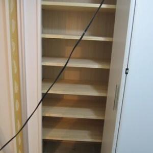 脱衣所の収納スペースは大容量の稼働棚