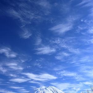 羊蹄山に春の雲?