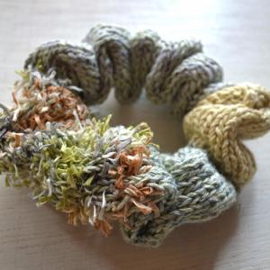 ハンドニットのリネンシュシュ・ Grass green