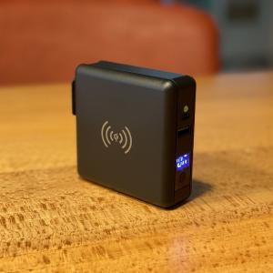 【SuperMobileCharger レビュー】ACコンセント、モバイルバッテリー、Qi対応ワイヤレス充電が一体となったPD対応1台3役のモバイルバッテリー