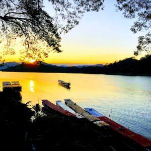 【ルアンパバーン】メコン川沿いのリバービューレストランで夕日を見ながら食事してみた
