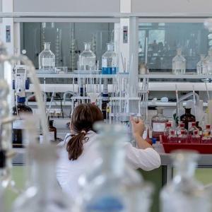 最新化学はここまで進んだ!?佐藤健太郎『化学で「透明人間」になれますか?』