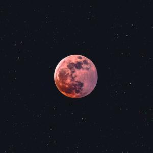 2020年ストロベリームーンはいつ見える?なぜいちご?赤い月?ハムに見えるって?