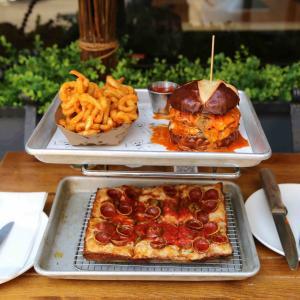 NYグルメ|日本のアレが入ったNYベストバーガーと四角いピザ「Emily」