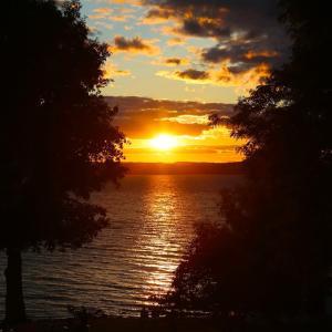 フィンガーレイクス|湖畔に沈む夕日にうっとりディナー「1833 Kitchen & Bar」