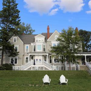 フィンガーレイクス|湖畔一望の大豪邸に泊まる「Aurora Inn」