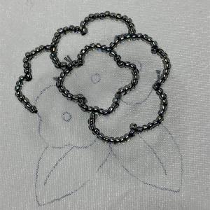 2種類の花のブローチに挑戦②