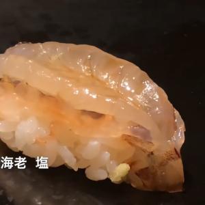海老の寿司の490円の寿司を提供する回転寿司チェーンと東京の銀座で提供される高級海老寿司の違いを見てみる