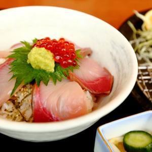 今日のご飯は「寒ブリ丼」と「カキフライ」の定食。