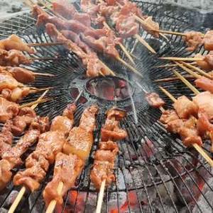 投げ銭で肉を食べさせてあげて(玩具付き)/ピヨピヨの焼く鳥の頭を猫と食べる