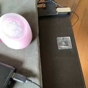 【刺繍台】ライトの電源モバイルバッテリーの落下防止に粘着マット