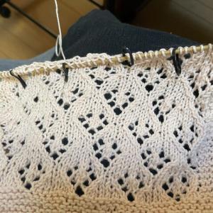 【ハンカチを編む】糸と一緒に編める目数リングを見つけた