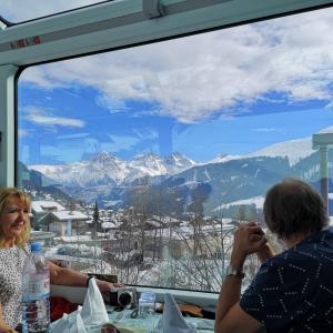 【スイス】ハプニングあり!憧れの氷河急行に乗ってサンモリッツからツェルマットへ!!