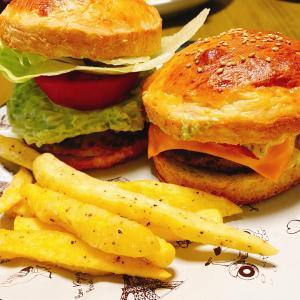 【レシピ】手作りハンバーガー(ベーコンマスタードバーガー&トマトアボカドソースバーガー)🍔とフライドポテト🍟